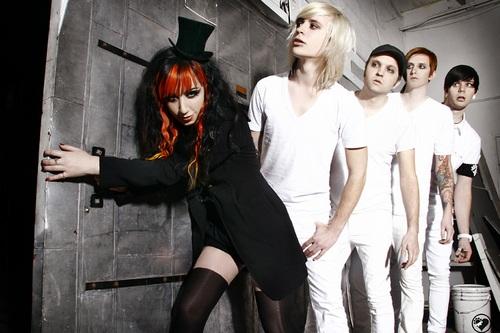 NEW YEARS DAY、ライヴ・ミュージック・ビデオ「Let's Get Dead」を公開!先日ハプニングに見舞われたAshleyは回復!