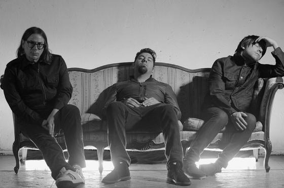 Chino Moreno(DEFTONES)の新プロジェクトCROSSES、来年2/10リリースのニュー・アルバムより「Bi†ches Brew」のMVを公開!