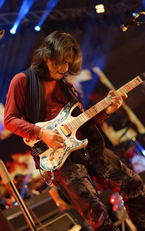 Jordan Rudess(DREAM THEATER)、John Frusciante、Marco Minnemannら参加!インドネシアのギタリスト Dewa Budjana、新曲「Crowded」MV公開!