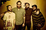 FOUR YEAR STRONG、10月にニューアルバム『In Some Way, Shape Or Form』をリリースすることを明らかに!併せて新曲「Stuck In The Middle」も公開!