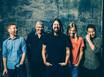 FOO FIGHTERS、ライヴ活動を再開!Dave Grohl(Vo/Gt)が椅子に座りながらパフォーマンスを披露!