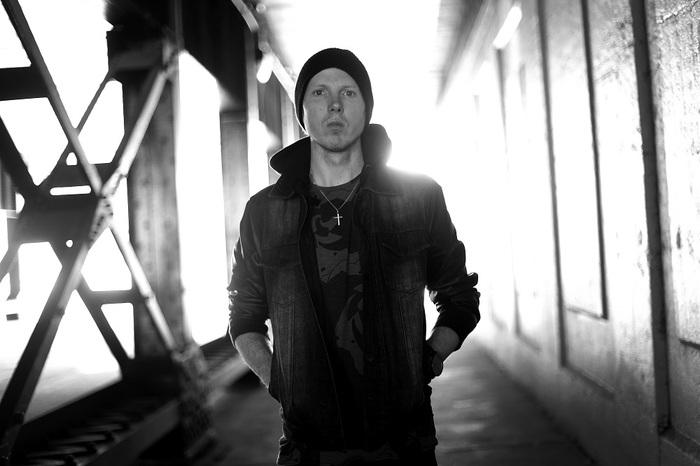 カナダの一匹狼 MANAFEST、明日10/7にリリースするニュー・アルバム『Reborn』よりYosh Morita(Survive Said The Prophet)が参加した「Pray」のMV公開!