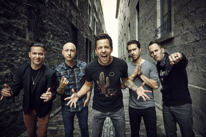 SIMPLE PLAN、ニュー・アルバム『Taking One For The Team』より「Singing In The Rain」のMVメイキング映像公開!