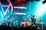 AA=、ニュー・アルバム『#5』よりZAX(THE BONEZ/Pay money To my Pain)の超絶ドラミングが炸裂した「BATTLEFIELD TvsZ」のMV公開!