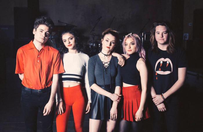 5SOS新レーベルが放つLA発ポップ・ロック・バンド HEY VIOLET、新曲「Break My Heart」のMV公開!