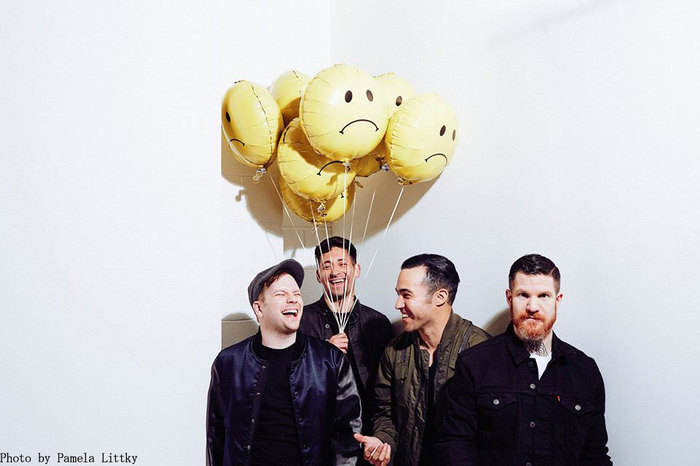 FALL OUT BOY、新曲「Young And Menace」のパフォーマンス映像公開!