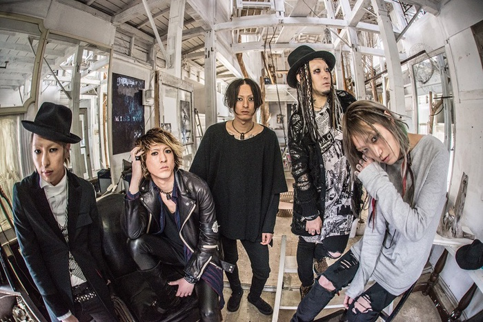 様々なバックグラウンドを持つ5人組 SiCX、1stフル・アルバム『INITIUM』より「Room #100」のMV公開!
