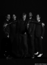 サマソニ出演のQUEENS OF THE STONE AGE、最新アルバム『Villains』より「Head Like a Haunted House」MV公開!