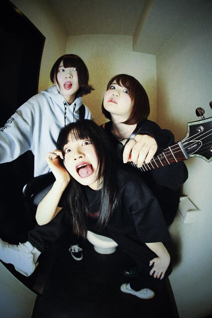 黒宮れい(Vo)擁する3ピース・オルタナティヴ・ロック・バンド BRATS、7/25にセルフ・タイトル1stアルバム『BRATS』リリース決定!
