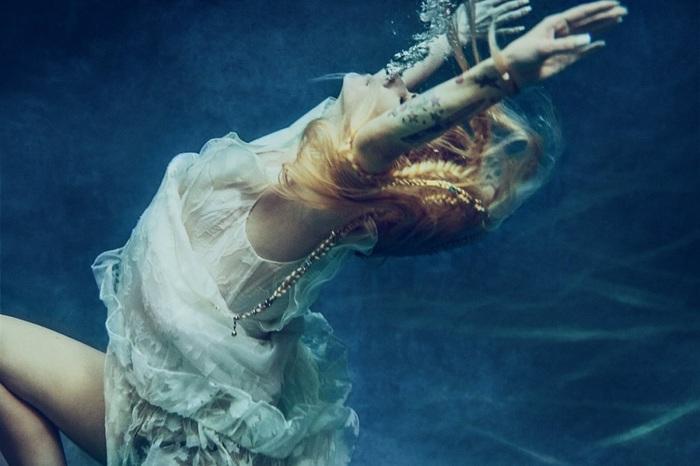 Avril Lavigne、9/19リリースの約5年ぶりニュー・シングル「Head Above Water」リリック・ビデオを一部公開!