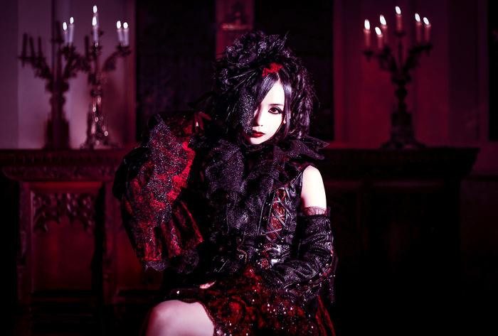シンフォニック・メタルの女神 矢島舞依、10/17リリースの1stフル・アルバム『Vampiress』ジャケ写公開!