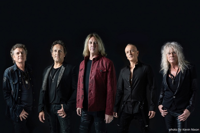 DEF LEPPARD、12/5リリースのベスト・アルバム『The Story So Far...The Best Of Def Leppard』よりDEPECHE MODEカバー「Personal Jesus」MV公開!