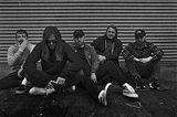 UK発メタルコア・バンド WHILE SHE SLEEPS、3/1リリースのニュー・アルバム『So What?』より新曲「The Guilty Party」音源公開!