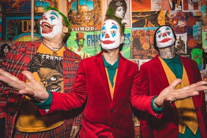 BLINK-182がジョーカーに変身!?LAで行われたハロウィン・コンサートのダイジェスト映像公開!