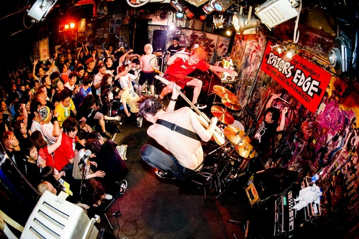 RAZORS EDGE、1stアルバム『THRASH 'EM ALL!!』から20年!再録盤と廃盤になっていたオリジナル盤のリマスターとの2枚組をリリース決定!