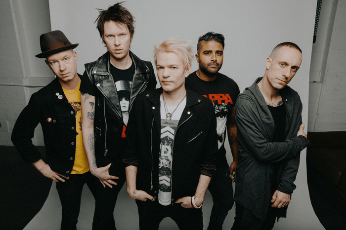 Deryck Whibley(SUM 41)、「Still Waiting」&「Catching Fire」の弾き語りパフォーマンス映像公開!