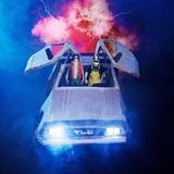 """謎の覆面ユニット""""ザ・リーサルウェポンズ""""、2ndシングル『特攻!成人式』9/30リリース決定!12cm CDジャケ写ではデロリアンを""""地元仕様""""に改造!?"""
