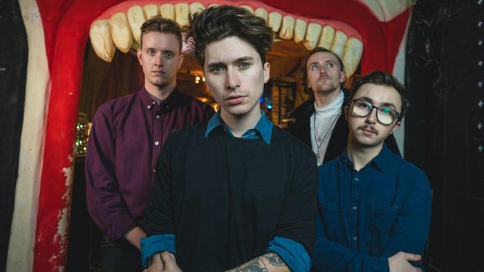 UKのポスト・ハードコア・バンド HOLDING ABSENCE、ロンドンの小さなバーでのライヴ映像が本日深夜プレミア公開!