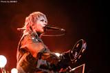"HYDEのライヴ・レポート公開!""みんなに会えるのは本当に嬉しい""――魂を投げ打つ感情移入ぶりで静と動の振れ幅を見せつけた、ソロ20周年の幕を開けるアコースティック・ツアー東京公演最終日をレポート!"