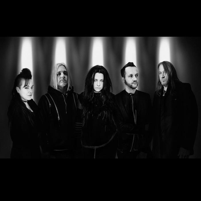 EVANESCENCE、最新アルバム『The Bitter Truth』収録曲「Broken Pieces Shine」ライヴ映像公開!